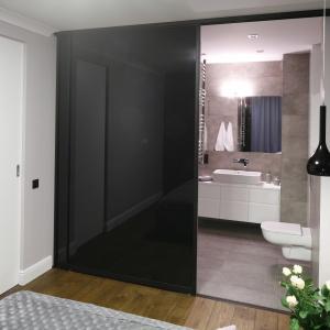 Gdy szeroko otworzy się drzwi przesuwne, łazienka staje się częścią sypialni. Powierzchnia: ok. 6 m². Projekt: Karolina Łuczyńska. Fot. Bartosz Jarosz.
