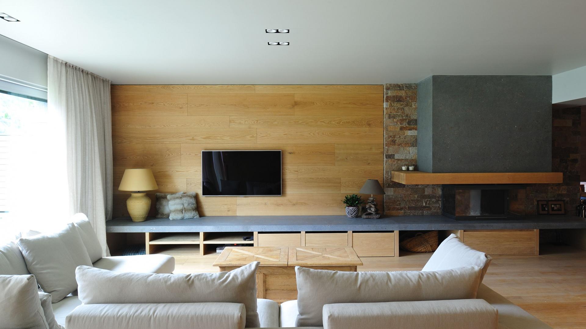 Hiszpańska pracownia Coblonal Arquitectura zaprojektowała domowe, przytulne wnętrze sięgając po kolory ziemi, zamknięte w naturalnych materiałach, jak drewno i kamień. Projekt i zdjęcia: Coblonal Arquitectura.