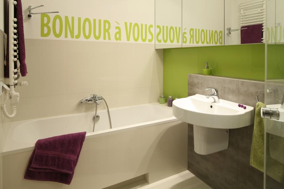 Mała łazienka z licznymi szafkami lustrzanymi oraz wygodną wanną. Powierzchnia: ok. 6 m². Projekt: Marta Kruk. Fot. Bartosz Jarosz.