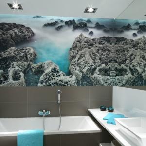 Ogromne lustro optycznie powiększa niewielką łazienkę. Głębi dodaje jej również piękna fototapeta. Powierzchnia: ok. 6 m². Projekt: Anna Maria Sokołowska. Fot. Bartosz Jarosz.