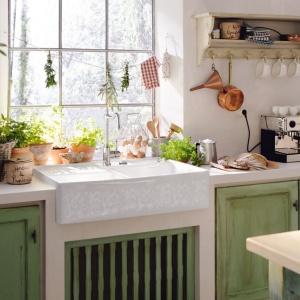 Ceramiczny zlewozmywak w angielskim stylu z pięknym, wzorzystym zdobieniem od firmy Villeroy&Boch jest idealnym uzupełnieniem tej kuchni w prowansalskim stylu. W stylistykę tę wpisują się również zielone meble z efektem przetartego, starego drewna na frontach i liczne kwiaty w kuchni. Fot. Villeroy&Boch.