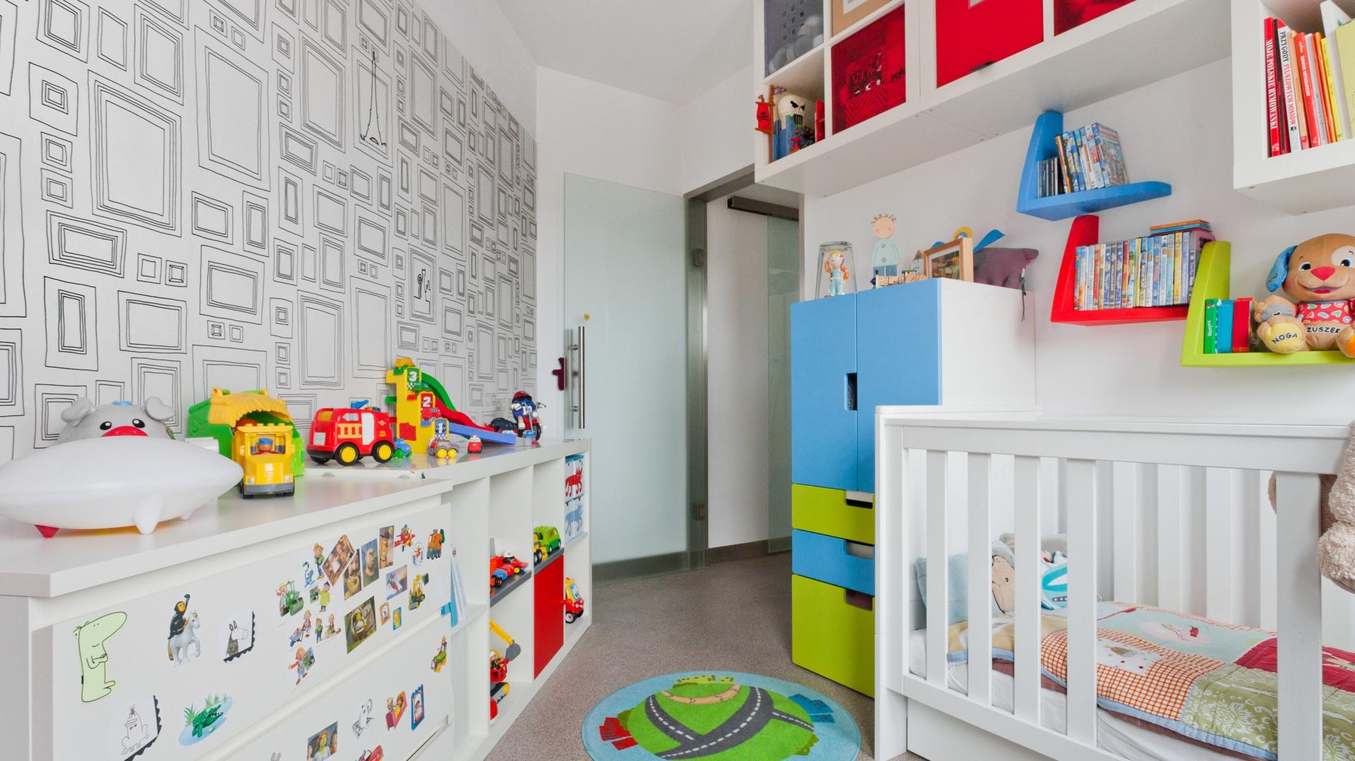Pokój dziecka jest niewielki, ale dzięki jasnym ścianom i świeżym, energetycznym kolorom wydaje się być dużo większy, niż w rzeczywistości. Za realizację odpowiada Kasia Orwat z pracowni projektowej Home Design. Fot. Archiconnect.pl