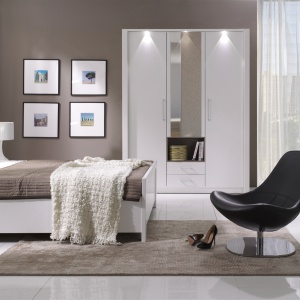 Sypialnia New York w modnym wykończeniu biel w połysku. Ciekawym elementem kolekcji jest podświetlany zagłówek łóżka. Fot. Stolwit.
