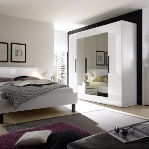 Wysoki połysk bieli oraz tafle grafitowych luster optycznie powiększają i rozjaśnią wnętrze. Kolekcja Harmony dedykowana jest nowoczesnym wnętrzom. Fot. Helvetia-Wieruszów.