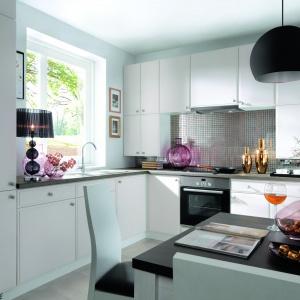 W tej aranżacji firma Black Red White proponuje ożywienie współczesnych mebli kuchennych w uniwersalnym białym kolorze za pomocą błyszczących dodatków. O pierwszoplanową rolę rywalizują szklana mozaika nad blatem oraz akcesoria w ciepłym kolorze złota. Fot. Black Red White.