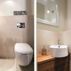 Jasne kolory i umywalka narożna sprawiają, że łazienka jest wygodna i optycznie większa. Powierzchnia: ok. 3 m². Projekt: Iwona Cała. Fot. Bartosz Jarosz.