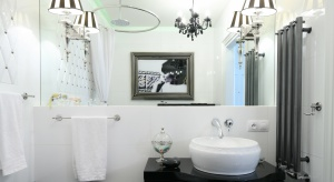 Kolory jasne to niezawodny patent, by łazienka sprawiała wrażenie większej. Przyda się przy tym jeszcze kilka trików optycznych.