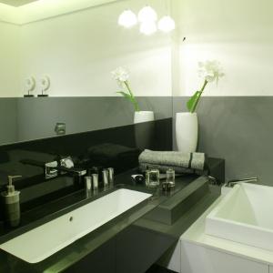 Z czarnego granitu – elegancki blat łazienkowy w łazience pana domu. Projekt: Barbara Grymuza. Fot. Monika Filipuk-Obałek.