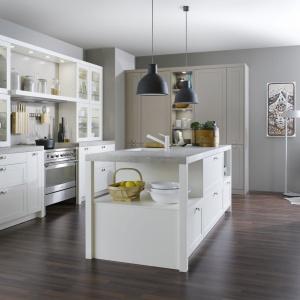 W tej eleganckiej kuchni w klasycznym stylu wyspa również utrzymana jest w tradycyjnej stylistyce. Lekkości meblowi dodają półki na przestrzał, delikatnie domknięte z dwóch stron kolumienkami, podtrzymującymi blat. Fot. Leicht, kuchnia Carre-FS.