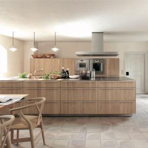 Bardzo dużo wyspa kuchenna zdecydowanie zdominowała aranżację kuchni. Pełni przy tym rolę elementy działowego w łączonej strefie kuchni i jadalni. Łączy w sobie również strefę gotowania i zmywania. Fot. Bulthaup, model B3.