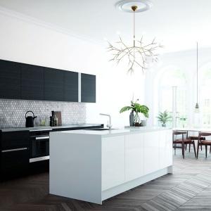 W tej kuchni wyspa pełni przede wszystkim funkcję strefy zmywania oraz elementu przełamującego ciemną kolorystykę panującą w pomieszczeniu za sprawą swojej śnieżnobiałej barwy. Fot. HTH, model Focus Sort.