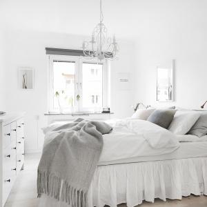 Ze stylizowanymi meblami idealnie współgra dekoracyjny żyrandol nad łóżkiem. Fot. Vastanhem.se.