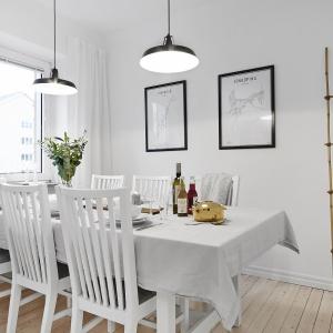 Jadalnia stanowi oddzielne pomieszczenie, przeznaczone do celebrowania posiłków. Umożliwia to duży stół, przy którym biesiadować może nawet siedem osób. Fot. Vastanhem.se.