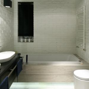 Łazienka z czarnym, podwieszanym sufitem – pod nim jest ukryte energooszczędne oświetlenie LED. Projekt: Dominik Respondek. Fot. Bartosz Jarosz.