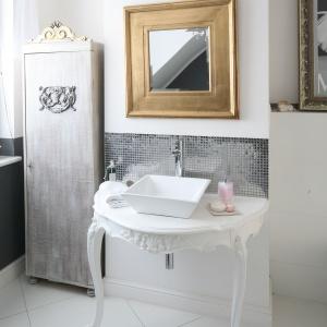 Ściana nad umywalką jest wykończona srebrną mozaiką. Fot. Bartosz Jarosz.