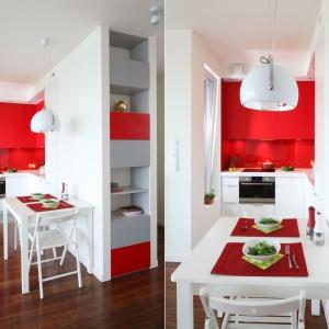 Bardzo niewielka kuchnia otwiera się delikatnie na strefę dzienną, przechodząc w jadalnię, dzięki czemu ta druga staje się jej wizualnym przedłużeniem (również za sprawą tych samych kolorów mebli) i optycznie powiększa małą przestrzeń. Projekt: Iza Szewc. Fot. Bartosz Jarosz.