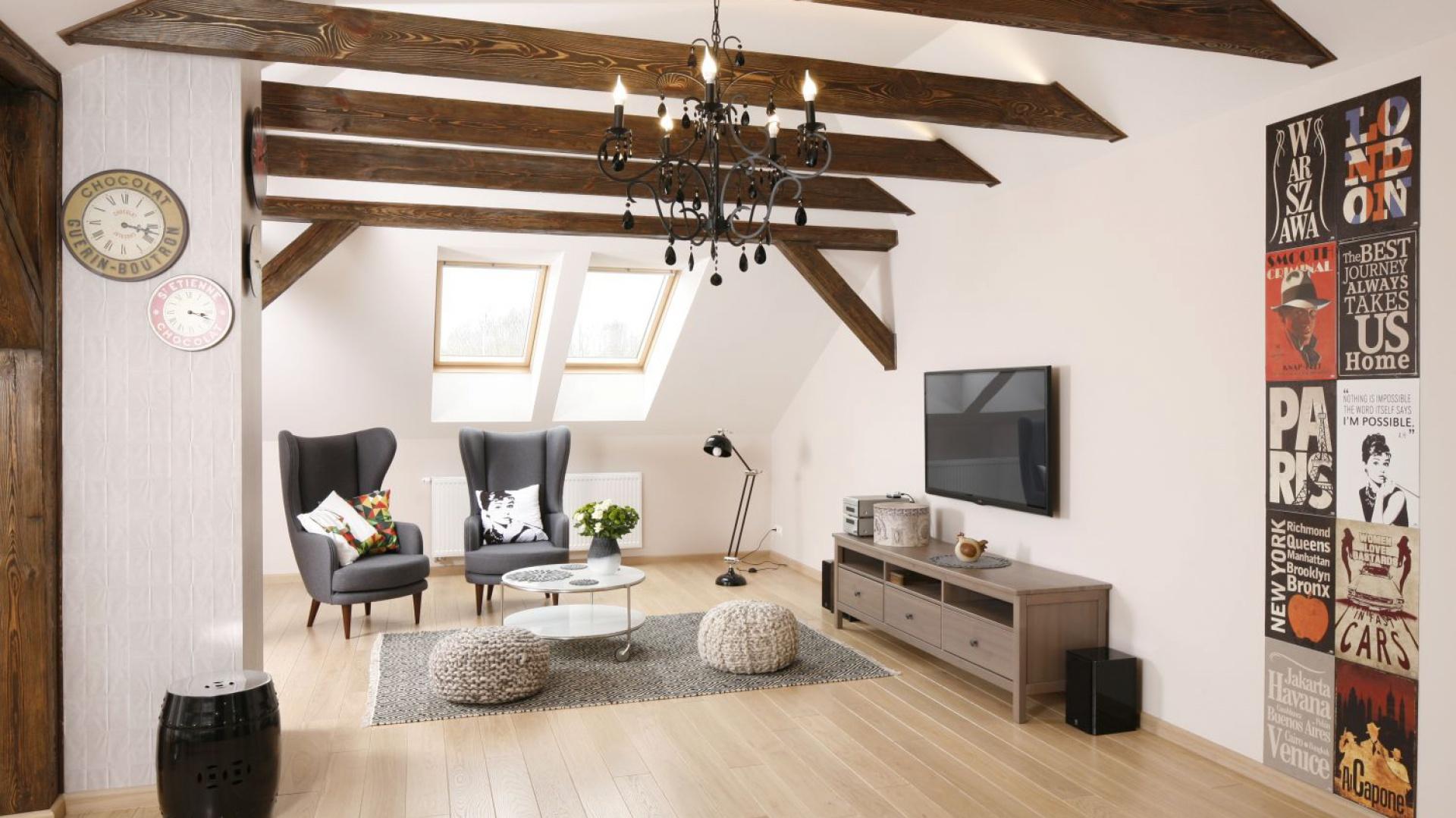 Mieszkanie urządzono w jasnych kolorach, ocieplonych wizualnie naturalnym drewnem. Projekt: Piotr Stanisz. Fot. Bartosz Jarosz.