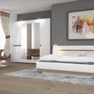 Sypialnia Linate to ciekawa prosta forma, która wzbogacona została o delikatne wstawki drewniane, ocieplające całą kolekcję. Fot. Meble Wójcik.