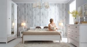 Białe meble do sypialni nie wychodzą z mody. Nadają wnętrzu elegancki nowoczesny wygląd oraz pozwalają na swobodę aranżacyjną.