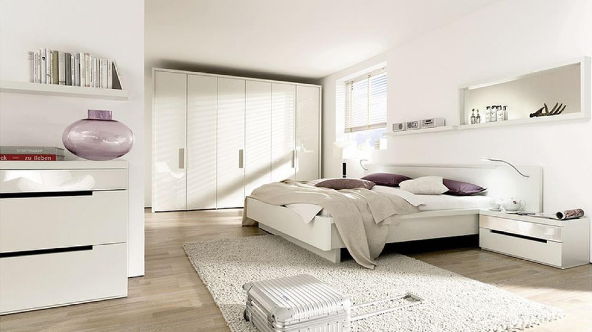 Biel w sypialni to doskonałe rozwiązanie do pomieszczeń małych, ponieważ je optycznie powiększa, ale w dużych sypialniach też nie powinno jej zabraknąć.  Na zdjęciu: kolekcja Ceposi. Fot. Huelsta.