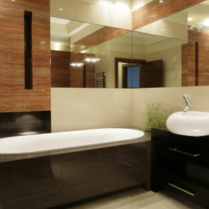 Beżowa łazienka ożywiona zielenią roślin i pomarańczowym kamieniem. Powierzchnia: ok. 7 m². Projekt: Katarzyna Mikulska-Sękalska. Fot. Bartosz Jarosz.