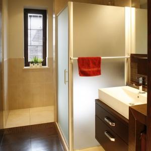 W tej łazience beż ożywiają czerwone dodatki. Powierzchnia: ok. 7 m². Projekt: Katarzyna Superniok. Fot. Bartosz Jarosz.