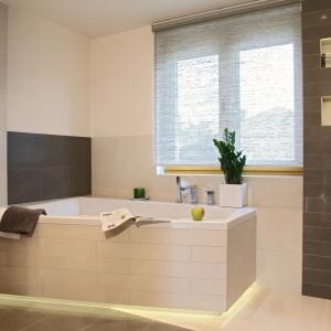 Łazienka w kremowym beżu i brązie z akcentami zieleni. Powierzchnia: ok. 9 m². Projekt: Anna Łabęcka-Klepacka. Fot. Bartosz Jarosz.