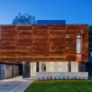 Bryła domu na nowoczesną formę, a na elewacjach zastosowano trwałą stal cortenowską, która daje ciekawy efekt wizualny. Projekt: TACT Design. Fot. David Giral.