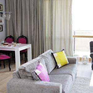 Wzrok zdecydowanie przyciąga jadalnia, wpasowana w róg strefy dziennej, której obecność mocno zaznacza ściana, udekorowana licznymi obrazkami oraz stylizowane krzesła ze śliwkowym obiciem. Projekt: Chalupko Design. Fot. Chalupko Design.