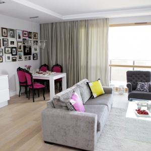 Zaprojektowane przez pracownię Chalupko Design mieszkanie urządzono w kobiecej stylistyce glamur. Elegancką kolorystykę, opartą o czerń, biel i szarości przełamano mocniejszymi akcentami kolorystycznymi. Projekt: Chalupko Design. Fot. Chalupko Design.