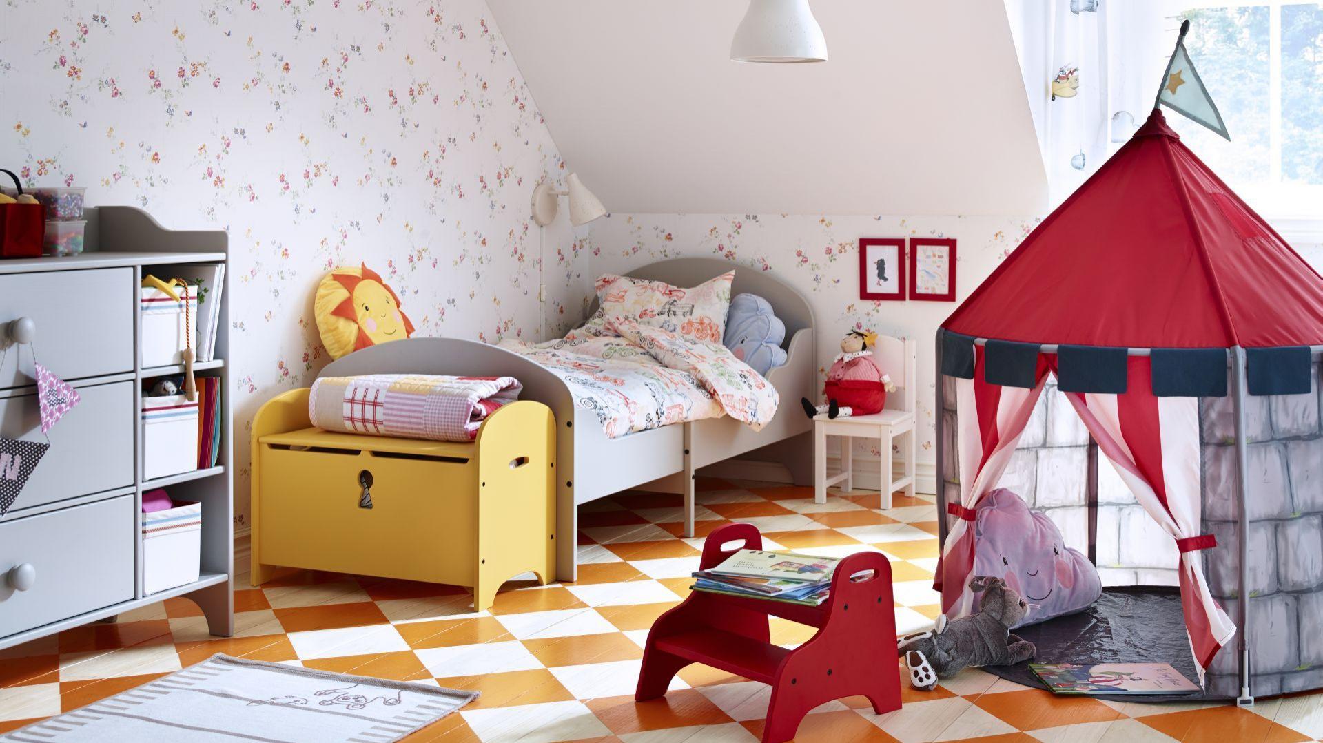 Środek pokoju dziecięcego ustal miejscem na zabawki. Sprawdzi się tu również płócienne tipi lub mały, dziecięcy namiocik. Fot. IKEA.