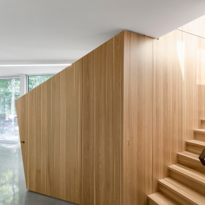 Wystrój wnętrza zorganizowano w oparciu o drewniane, geometryczne formy. Projekt: Paul Bernier architecte. Fot. Adrien Williams.