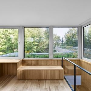 Ciepłe wybarwienie białego orzecha amerykańskiego ociepla wizualnie ultra-nowoczesne, minimalistyczne wnętrze. Projekt: Paul Bernier architecte. Fot. Adrien Williams.