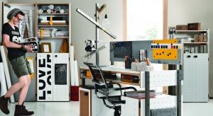 Poza kwestią wizualną, istotna, o ile nie najważniejsza jest funkcjonalność. Niezbędnym punktem w pokoju młodzieńca, którego nie da się zastąpić niczym innym jest odpowiednio dobrane biurko – miejsce pracy, nauki i relaksu.