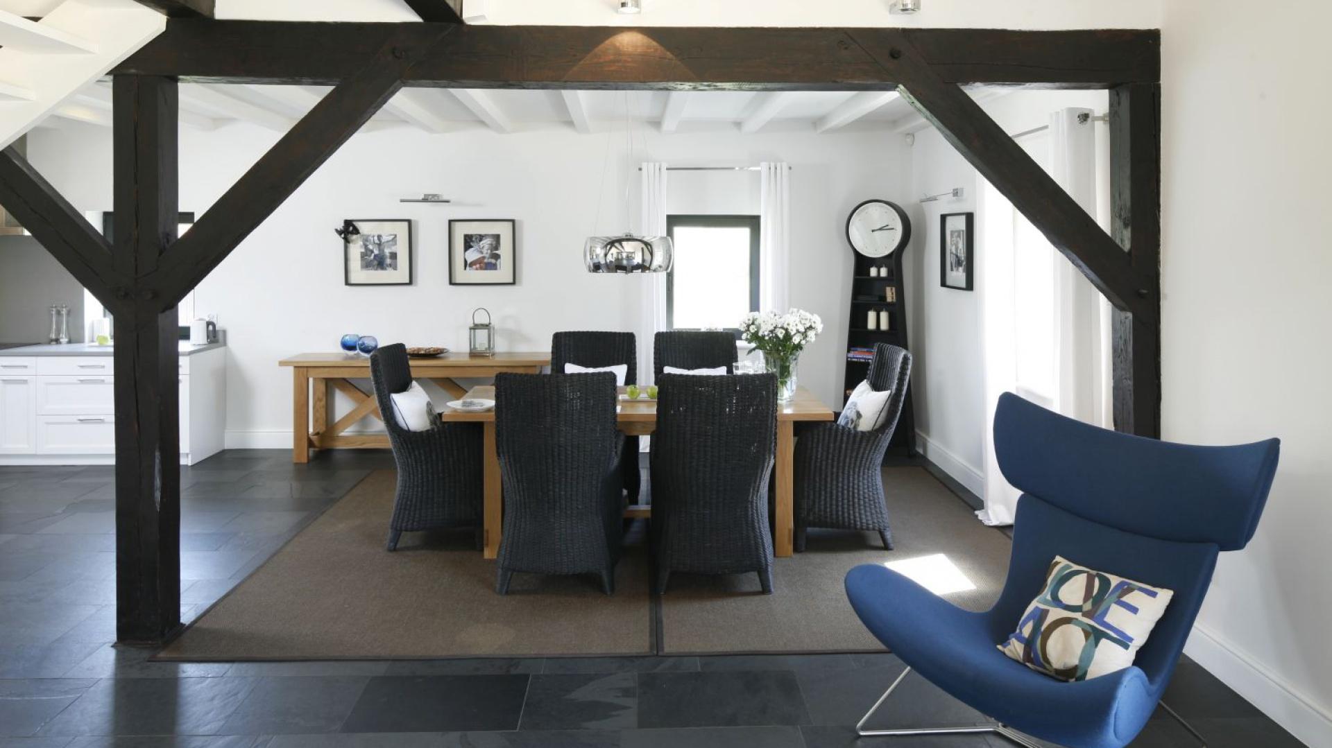 Designerski fotel w niebieskim kolorze zdobi wnętrze urządzone w marynistycznym stylu. Projekt: Kamila Paszkiewicz. Fot. Bartosz Jarosz.