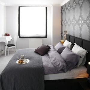 Kobieca sypialnia w eleganckim stylu. Ściana wykończona szarą tapetą wyznacza stylistykę wnętrza. Projekt: Magdalena Smyk. Fot. Bartosz Jarosz.