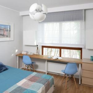 Biuro w sypialni to praktyczne rozwiązanie. W ciągu dnia w tym pomieszczeniu najczęściej nikt nie przebywa, więc można się oddać spokojnej pracy. Projekt: Anna Maria Sokołowska. Fot. Bartosz Jarosz.