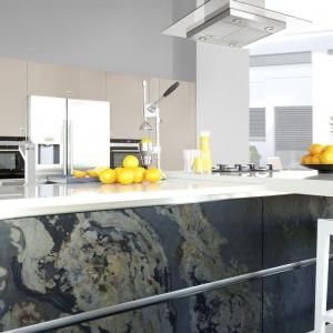 Niesamowity, piękny wzór na frontach wyspy w tej kuchni to naturalny fornir kamienny wykonany ze szlachetnych łupków krystalicznych. Fot. WFM Kuchnie, fronty Spezzare autumn rustic.
