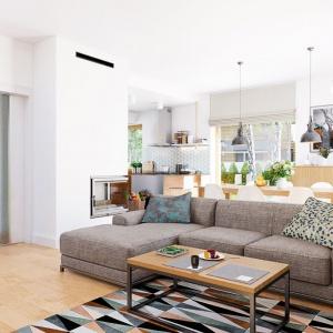 Na wizualizacji wnętrza Domu w kortlandach (G2) Archon+ znajdują się: narożnik Perfetto oraz stolik Malmo dostępne w sklepie archonhome.pl