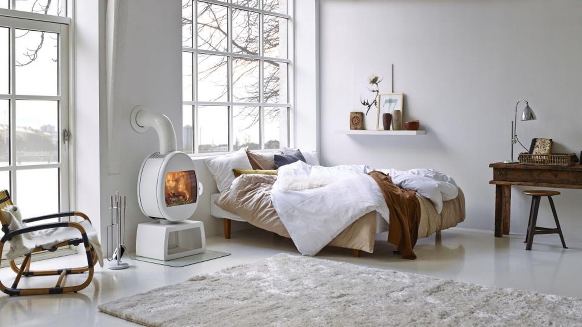 Piec wolno stojący Scan marki Jotul to niewielkie urządzenie, które zapewni wyjątkowe ciepło w pomieszczeniu. Ma proste kształty, przez co pasuje doskonale do wnętrz w nowoczesnym lub skandynawskim stylu. Fot. Jotul.