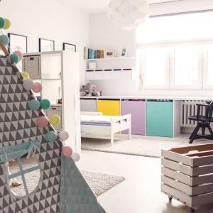 Pokój dziecięcy to prawdziwa kraina fantazji. Postawiono na żywe kolory i ciekawe rozwiązania aranżacyjne. Projekt: Meblościanka Studio. Fot. Maua Fotografia.