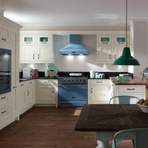 Niebieskie mogą być również sprzęty AGD - takie rozwiązanie prezentuje się szczególnie dobrze w kuchniach w stylu retro. Tutaj okap oraz piekarnik proponowane przez firmę Falcon. Fot. Falcon.