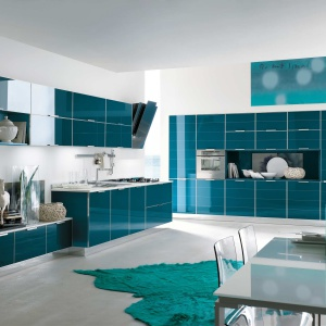 To zestawienie dla odważnych. Błyszczące fronty mebli kuchennych w pięknym odcieniu koloru niebieskiego stanowią bowiem mocny element wnętrza. Fot. Stosa Cucine.