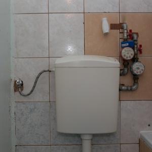 PRZED REMONTEM: Przeróbki sprzed lat, m.in. montaż wodomierza, sprawiły, że łazienka wyglądała na zaniedbaną.