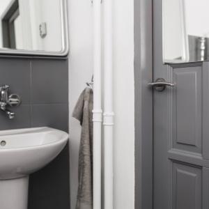 PO REMONCIE: Drzwi łazienkowe wyglądają jak nowe po pomalowaniu farbą.
