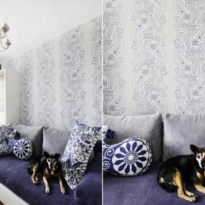 W pokoju gościnnym królują granat i biel, zamknięte we wzorzyste motywy w postaci dekoracyjnych poduszek i tapety na ścianie za łóżkiem. Projekt: Decoroom. Fot. Ayuko Studio.