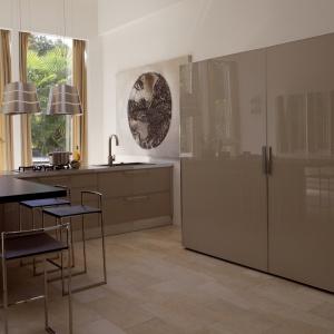 Kolekcja Diamante to nowoczesne meble kuchenne wykończone w wysokim połysku i kolorze delikatnie, zabielonej kawy. Fot. Deneta.