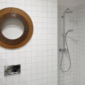 Wygodny prysznic znajduje się we wnęce. Fot. Bartosz Jarosz.