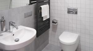 To jedna z dwóch łazienek w mieszkaniu. Znajduje się tutaj kabina prysznicowa we wnęce oraz duża szafa na kosmetyki i zapasowe ręczniki.