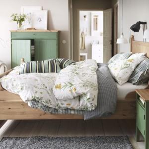 Kolekcja Hurdal wykonana została z litej sosny. Atrakcyjne słoje oraz sęki drewna nadają wnętrzu naturalności i przytulności. Fot. IKEA.